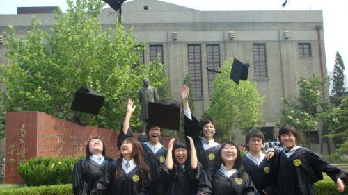 我校国际部高中毕业学生庆祝毕业